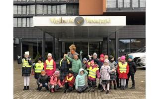 """Pamoka kitaip: Vlado Jurgučio pagrindinės mokyklos vaikai """"Vanagupėje"""" domėjosi etiketu ir aptarnavimo kultūra"""