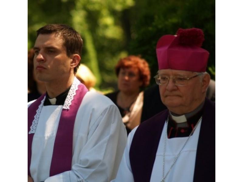 Palangos klebonas dekanas M.Venskus ir Telšių vyskupas J.Boruta kviečia prasmingai  ir dvasingai paminėti jubiliejinius žemaičių krikšto metus.