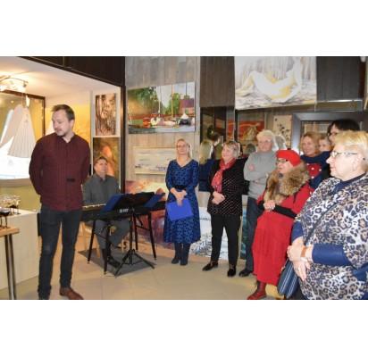 """""""Mosto"""" pirmininkas Juozas Griušys palinkėjo visiems išsiųsti šiltą sveikinimą, dar geriau – atviruką, padėkojo menininkams bei pakvietė atlikti keletą kūrinių Audronės Levickytės bei Vinco Paulausko duetui."""