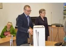 Pačią dėžę su prašymais patikrino ir įsitikino, kad nepažeista atrankos komisijos pirmininkas P. Kaminskas.