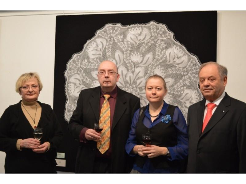 L. Turauskaitė. R. Toomra su žmona Eve ir V. Biskys parodos atidarymo metu.