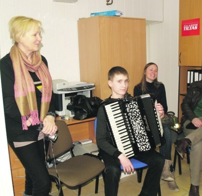 A.Benetis kartu su mokytoja N.Daukšiene (stovi kairėje) rengiasi net trims konkursams.
