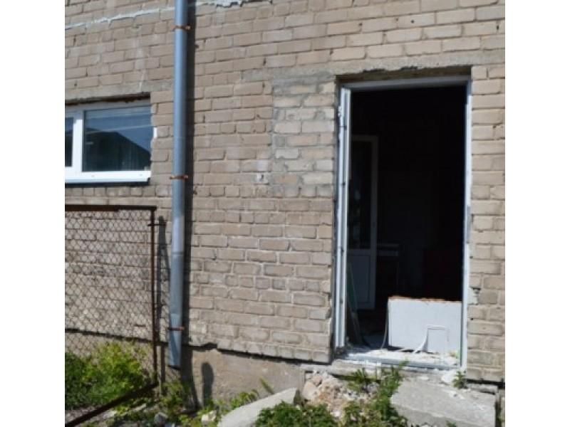 """Virbališkės take 5a benamiai išlaužė duris ir įsirengė beveik dešimtiesvietų nemokamus """"nakvynės namus""""."""