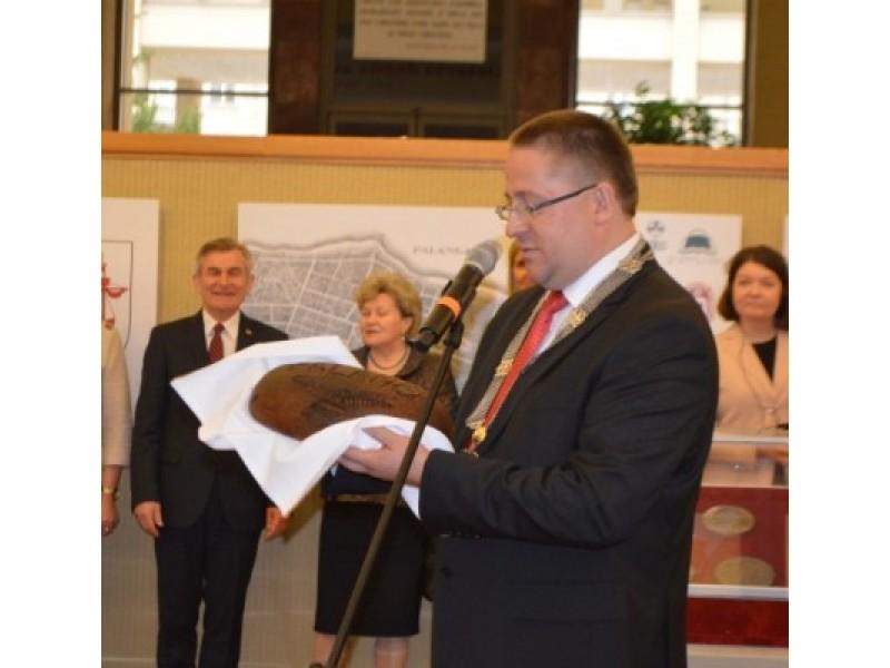 Palangiškių kepta duona padovanota Seimo pirmininkui.