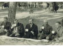 1929 m. skautų stovykla. Arbatą geria prezidentas A. Smetona.