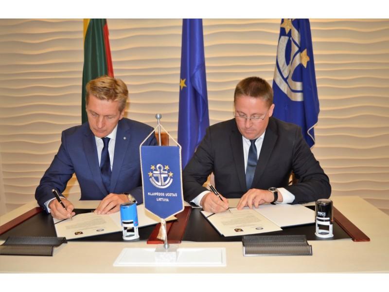 Klaipėdos valstybinio jūrų uosto generalinis direktorius Arvydas Vaitkus ir Palangos meras Šarūnas Vaitkus pasirašo sutartį