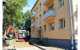 Palangos komunalininkai tvarko daugiabučių namų aplinką