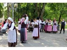 """25-ąjį gimtadienį švenčiantis ansamblis """"Mėguva"""" 20-ojoje jubiliejinėje tarptautinėje Dainavos krašto folkloro šventėje Druskininkuose šoka ir dainuoja šio kurorto gyventojams bei svečiams. /  """"Mėguvos"""" nuotr."""