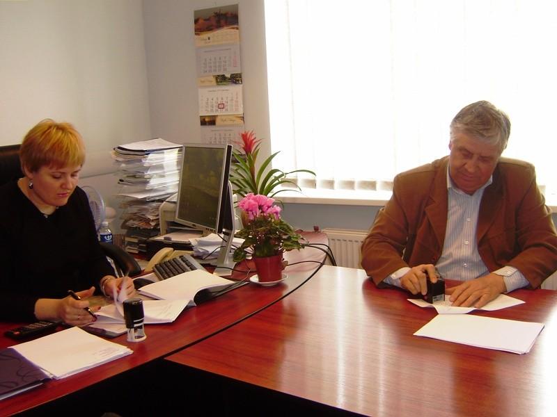 Sutartį pasirašo A. Kilijonienė ir V. Šuksteris.