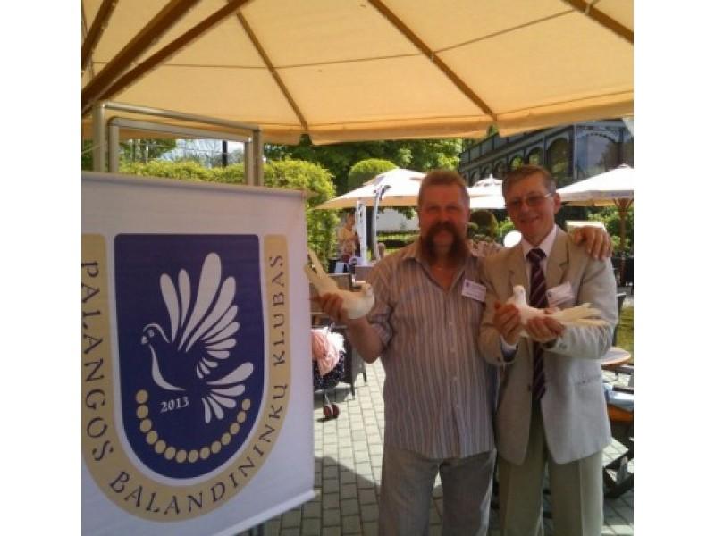 Palangos dekoratyvinių balandžių parodos organizatorius R. Liaudanskas ir Šiaulių dekoratyvinių paukščių klubo pirmininkas R. Beneta.