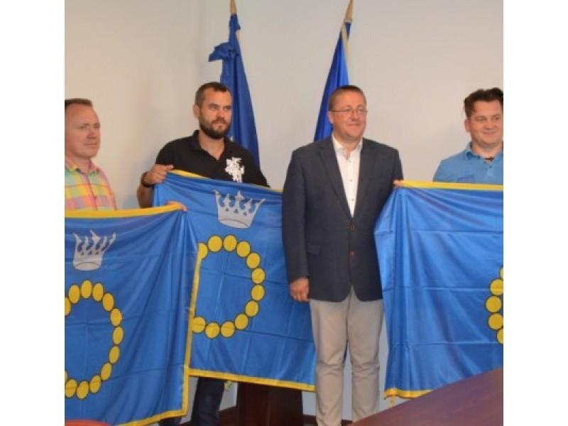 Mototurizmo ralio dalyviams meras Š. Vaitkus įteikė Palangos miesto vėliavas.