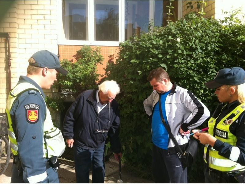 Prie daugiabučio Medvalakio g. 23 buvo iškviesti policijos pareigūnai.