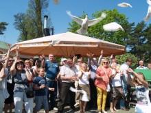 """Apie dekoratyvinių balandžių parodos """"Po balandžio sparnu"""" atidarymą pranešė dangun pakilęs šių taikos – ir kultūros – simboliais vadinamų paukščių pulkas."""