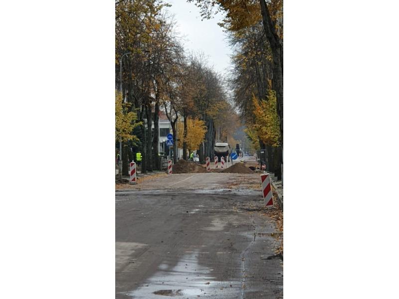 Vytauto gatvė iki Naujųjų pasipuoš tamsiai raudona danga
