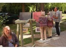 Simpoziumo parodą su viešniomis apžiūri projekto rėmėjas D.Jurevičius, pirmame plane tapytojas A.Ramanauskas.
