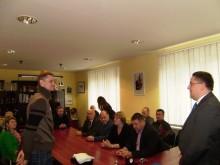 Europos vicečempioną R. Seibutį sveikina Palangos meras Š. Vaitkus.
