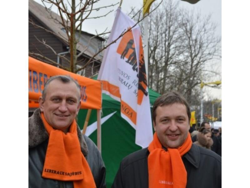 Iš kairės: vienas iš Palangos liberalsąjūdiečių lyderių E. Židanavičius rūpinosi garbingu svečiu A. Guoga.