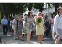 Artimieji skubėjo į gimnaziją, kur vyko šventinė ceremonija.