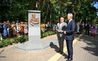 Prezidentas Gitanas Nausėda Palangoje atidengė paminklą Jamesui Youngui