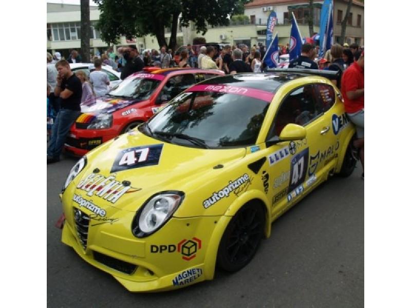 Spalvingame lenktynių parade dalyvavo visos 38 komandos.