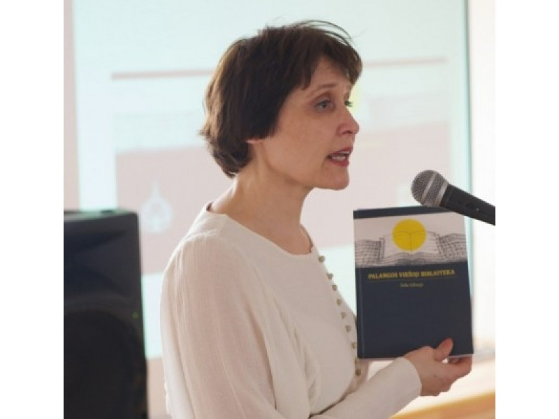 A. Banevičienės rankose – leidinys, skirtas Palangos bibliotekos istorijai.