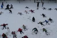 Minėdami sausio 13-ąją, mokinukai virto sniego angelais