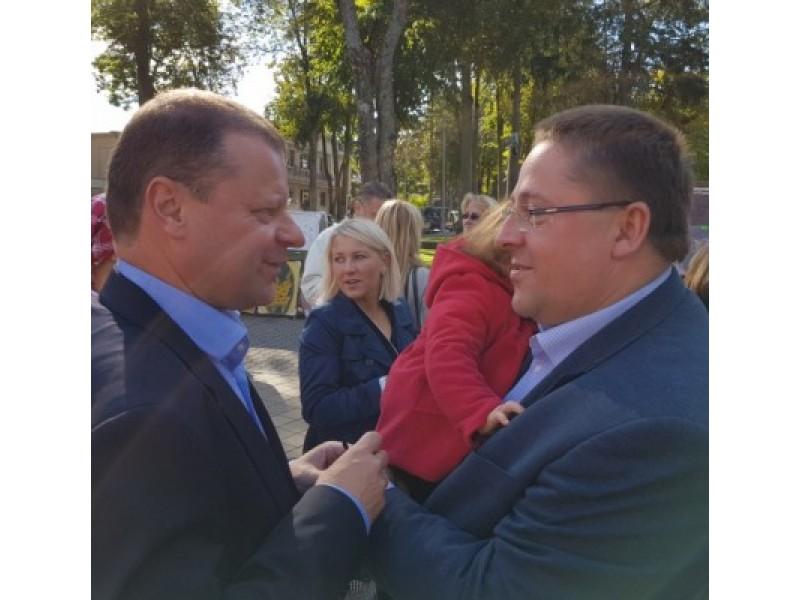 """Vienas paskutinių S. Skvernelio ir Š. Vaitkaus susitikimų įvyko per Palangos šventę """"Palangos stalas 2016""""."""