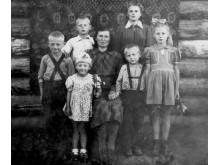 Goriačije Kliuči, 1949 m. Centre – 1909 m. gim. Magdalena Neverauskienė su vaikais (iš kairės) Petru (1940 m.gim.), Bronislava (1933 m. gim.) , Henriku (1944 m. gim.), Bernadeta (1946 m. gim.), Alfonsu (1945 m. gim.) ir Magdalena (1942 m. gim.)