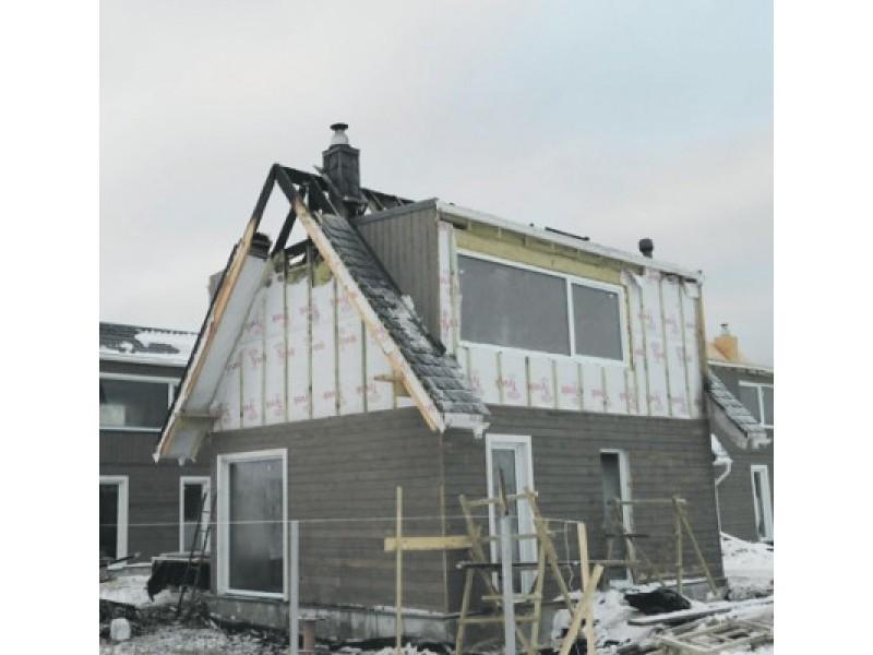 Praėjusį penktadienį ugniagesiai gesino užsiliepsnojusį statomo namo stogą Genio g.