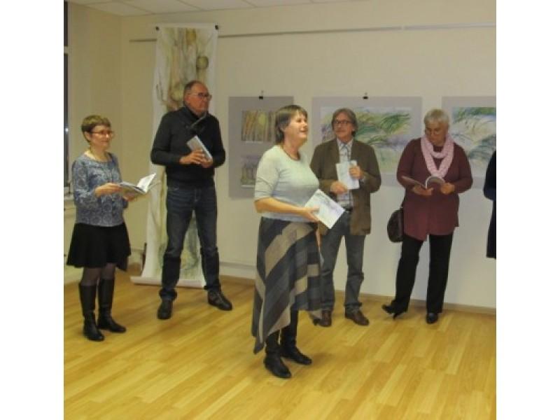 Dailininkai ir parodos atidarymo svečiai dalijosi įspūdžiais.