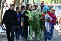 Kurorto lankytojus stebino žalia karvė