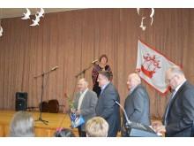 Palangos meras Š. Vaitkus ir Šventosios seniūnas E. Čilinskas įteikė dovanas ir bendruomenių atstovams, ir pagarbos vertiems šventojiškiams.