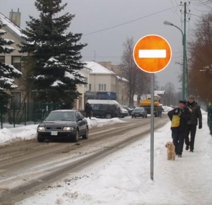Eismą draudžiantis ženklas atsirado be Eismo saugumo komisijos leidimo.