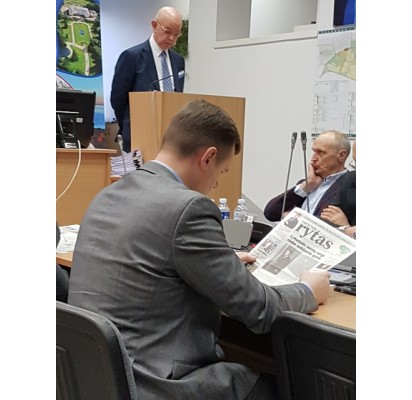 Konservatorius Tarybos narys Vaidotas Bacevičius per Tarybos posėdį išskleidė laikraštį.