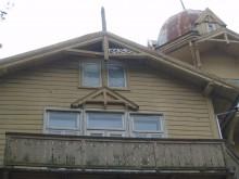 """Ant vieno į šiaurę žvelgiančio """"Anapilio"""" lango stiklo galima įžvelgti pirštu laiko dulkėse įrašytą datą """"1972. IV. 25""""."""