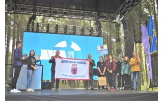 Palangai perduota Jaunimo vasaros akademijos vėliava