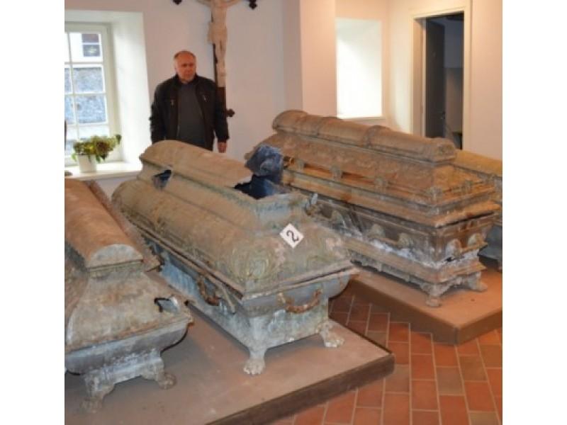 Tiškevičių giminės istorijos tyrinėtojas J. Kanarskas prie spalio 17 d. Kretingos senosiose kapinėse esančioje grafų Tiškevičių koplyčioje-mauzoliejuje rastų keturių sarkofagų.