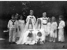 Grafų Tiškevičių vaikai po I Komunijos. Nežinomas fotografas, XX a. pr.