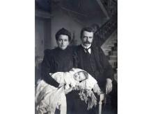 Grafai Antanina Sofija ir Feliksas Tiškevičius su kūdikiu. Fotografė Paulina Mongirdaitė, XX a. pr. Iš Kretingos muziejaus ikonografijos rinkinio.