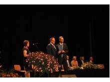 Palangos meras Šarūnas Vaitkus apdovanoja už puikius rezultatus abiturientą Vilių Jocį