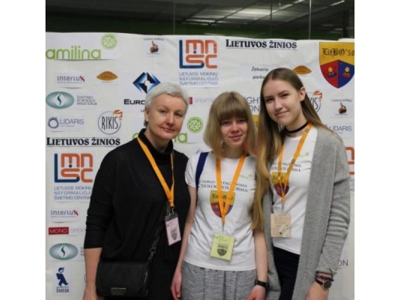respublikinės biologų olimpiados dalyvės Ieva Marija Sokolovaitė, Reda Pocevičiūtė ir jų mokytoja Daiva Urbštienė.