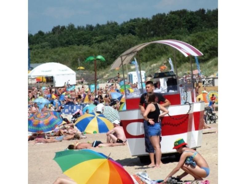 Mokesčių inspekcija gauna nuotraukas, kaip išvežiojamoji prekyba paplūdimiuose tampa stacionaria.  VMI nuotr.