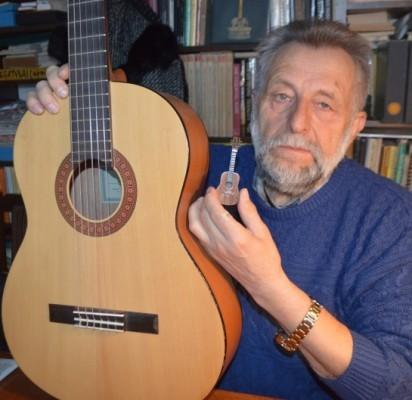 Menininkas Vytautas Kusas pademonstravo, kaip atrodo įprasto dydžio gitara šalia miniatiūrinės.