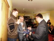 Palangos mertas įteikia jubiliejinį miesto medalį R. Seibučio treneriui A. Dočkui.