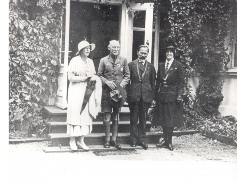 """Prie """"Baltosios"""" vilos. Iš kairės: S. Smetonienė, R. Baden-Powell, prezidentas A. Smetona, O. Baden-Powell. Palanga, 1933 m. Palangos viešosios bibliotekos nuotraukų fondas."""