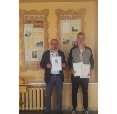 A. Gudaitis ir jį ruošęs geografijos mokytojas N. Vaišvilas po apdovanojimų.