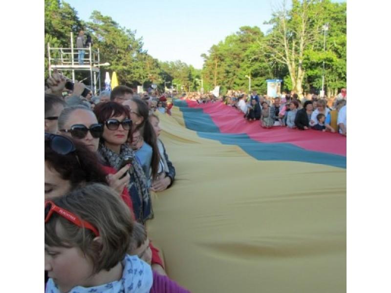 Per J. Basanavičiaus gatvę nusidriekė vieno kilometro ilgio Lietuvos Respublikos vėliava.