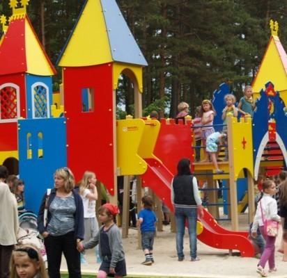 Tėvai neatsistebi, kad vaikų parkas – nemokamas, bet erzina šunų kaimynystė