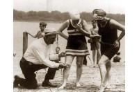 Maudymosi kostiumėlių mada per 100 metų: nuo arklių traukiamų į jūrą karietų iki bikini