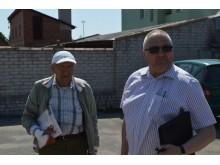 Savivaldybės Viešosios tvarkos skyriaus vedėjas Petras Keinys (dešinėje) aiškinasi, kam priklauso galimai nelegalūs statiniai Virbališkės tako 5a kieme.